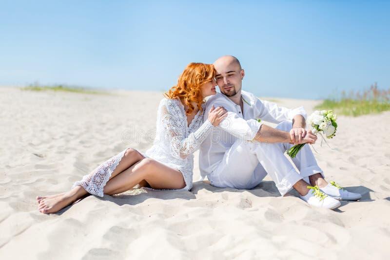 De dag van het huwelijk Gelukkig jong paar in liefde Bruid en bruidegom op het strand stock foto's