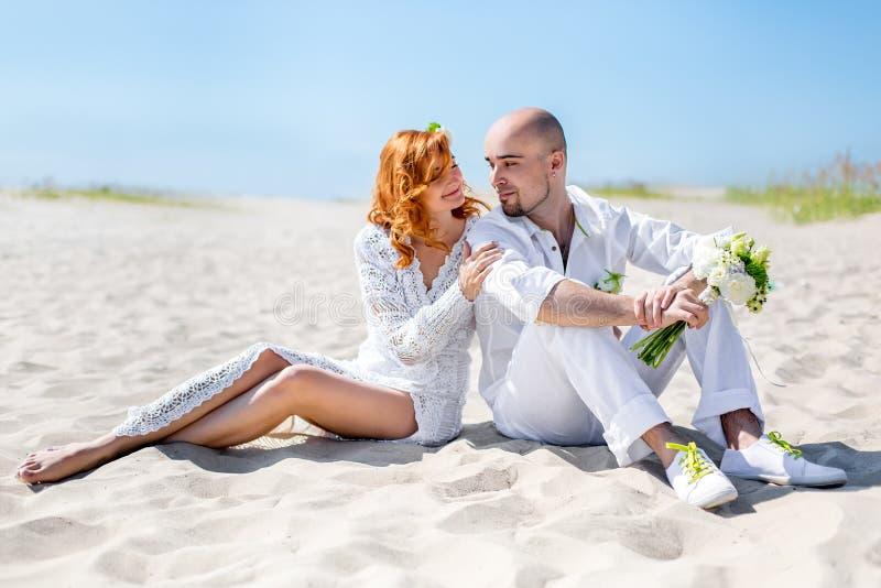 De dag van het huwelijk Gelukkig jong paar in liefde Bruid en bruidegom op het strand stock afbeeldingen