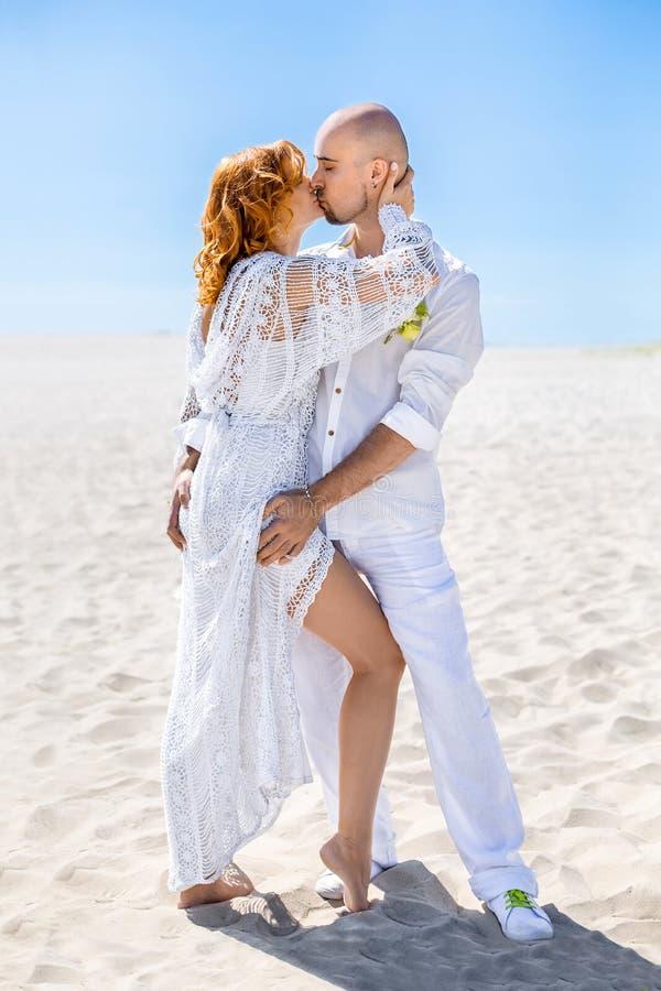 De dag van het huwelijk Gelukkig jong paar in liefde Bruid en bruidegom op het strand royalty-vrije stock foto's