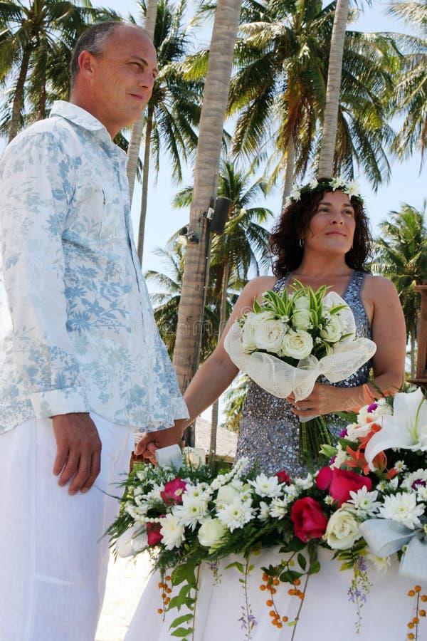De dag van het huwelijk op het strand stock afbeeldingen
