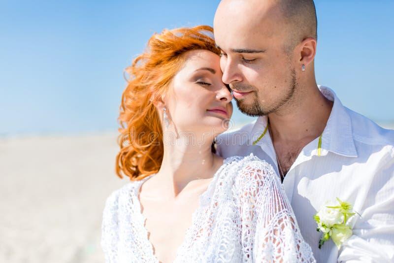 De dag van het huwelijk Portret van mooie bruid met bruidegom in de woestijn royalty-vrije stock afbeeldingen