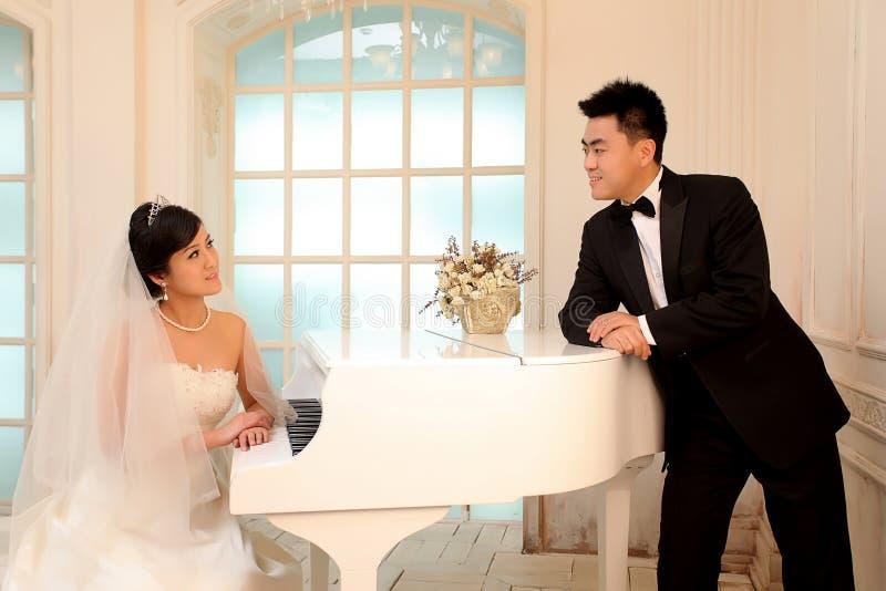 De dag van het huwelijk van jong Aziatisch paar royalty-vrije stock afbeelding
