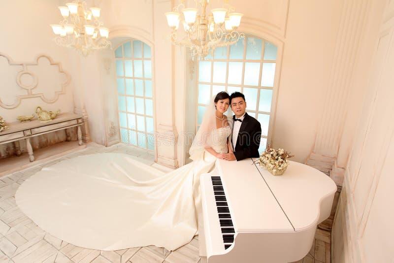 De dag van het huwelijk van jong Aziatisch paar royalty-vrije stock foto's