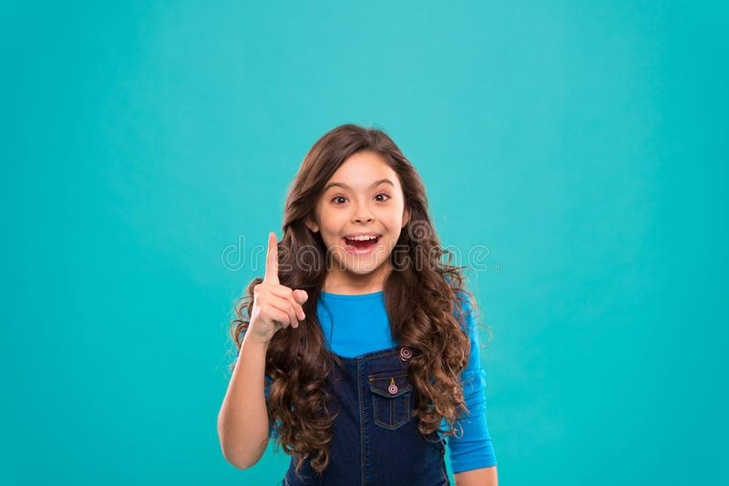 De dag van internationale kinderen Kleine jong geitjemanier klein meisjeskind met perfect haar Gelukkig meisje Schoonheid en stock fotografie