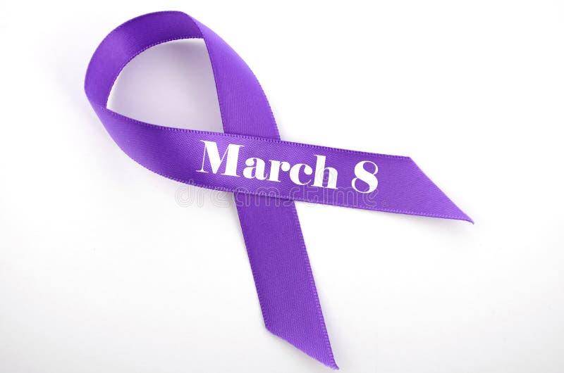 De Dag van internationale Vrouwen, 8 Maart, purper lint stock foto's