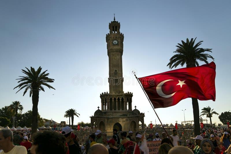 15 de Dag van juni van Democratie in Turkije Izmir Mensen die Turks houden stock afbeelding