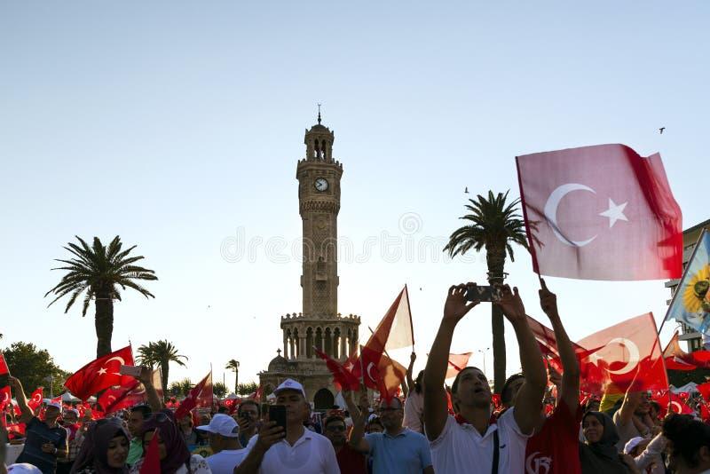 15 de Dag van juni van Democratie in Turkije Izmir Mensen die Turks houden royalty-vrije stock foto's