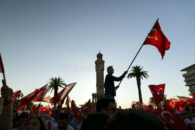 15 de Dag van juni van Democratie in Turkije Izmir Mensen die Turks houden stock fotografie