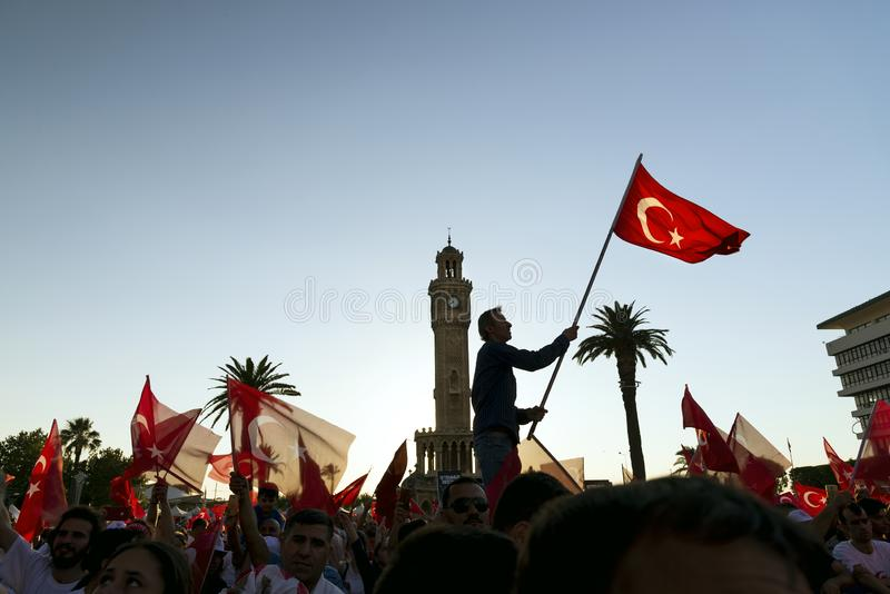 15 de Dag van juni van Democratie in Turkije Izmir Mensen die Turks houden royalty-vrije stock afbeelding