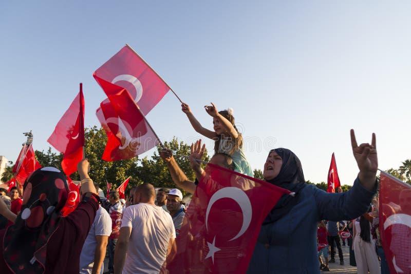 15 de Dag van juni van Democratie in Turkije Izmir Mensen die Turks houden royalty-vrije stock afbeeldingen