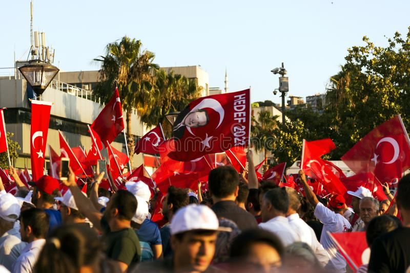 15 de Dag van juni van Democratie in Turkije Izmir Mensen die Turks houden stock foto's