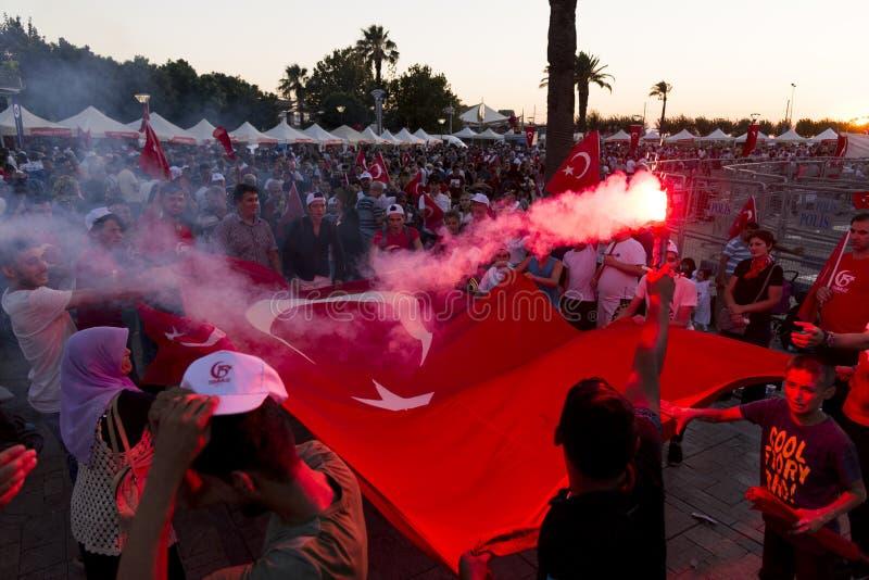15 de Dag van juni van Democratie in Turkije Izmir Mensen die Turks houden royalty-vrije stock fotografie
