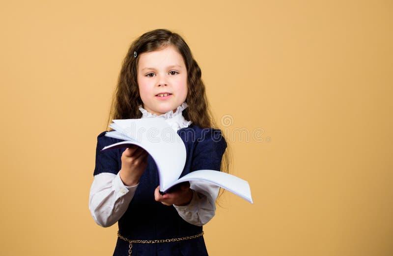 De Dag van de kennis Ernstig over het bestuderen Schoolmeisje aanbiddelijk kind Kinderjaren en opvoeding Kennis en informatie royalty-vrije stock foto