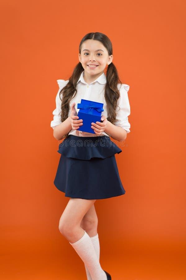 De Dag van de kennis De gift van de schoolmeisjeverrassing De viering van de vakantie Het belonen voor inspanningen Meisje het op royalty-vrije stock foto