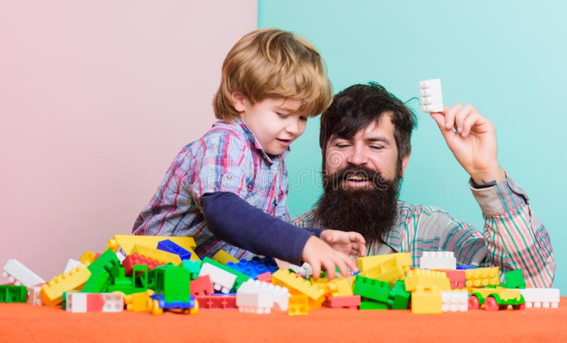 De Dag van kinderen Kindontwikkeling Gelukkige Familie De zomer dreems vader en zoonsspelspel de bouwhuis met kleurrijk stock fotografie
