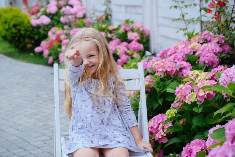 De Dag van kinderen Klein babymeisje enkel Geregend Kinderjaren De zomer Moeders of van vrouwen dag Het nieuwe Concept van het Le stock afbeeldingen