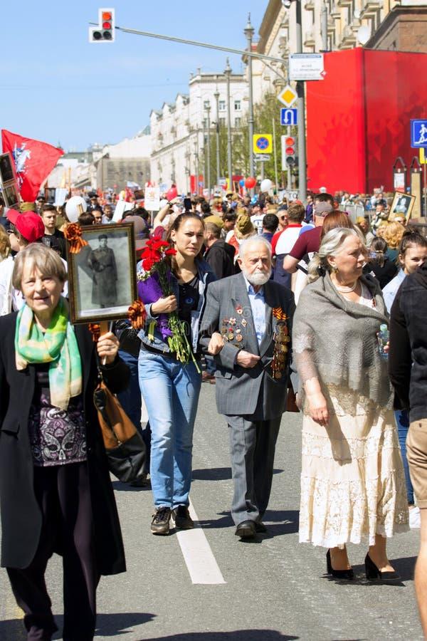 De Dag van de overwinning in Moskou Onsterfelijk regiment op de straat van Moskou Duizenden maart om Wereldoorlog 2 te herinneren royalty-vrije stock fotografie