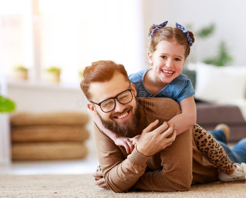 De dag van de vader `s De gelukkige familiedochter koestert zijn papa stock fotografie