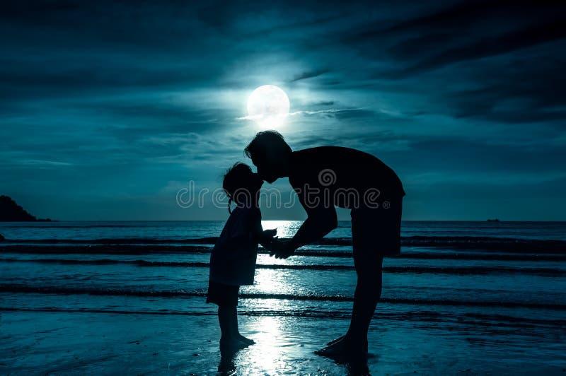 De dag van de vader `s Silhouet zijaanzicht van het houden van van kind die haar F kussen stock foto's