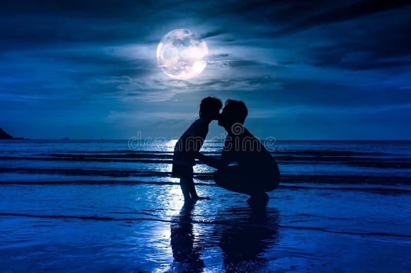 De dag van de vader `s Silhouet zijaanzicht van het houden van van kind die haar F kussen stock afbeeldingen