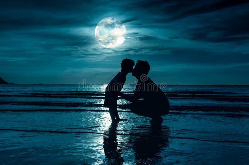 De dag van de vader `s Silhouet zijaanzicht van het houden van van kind die haar F kussen royalty-vrije stock afbeeldingen