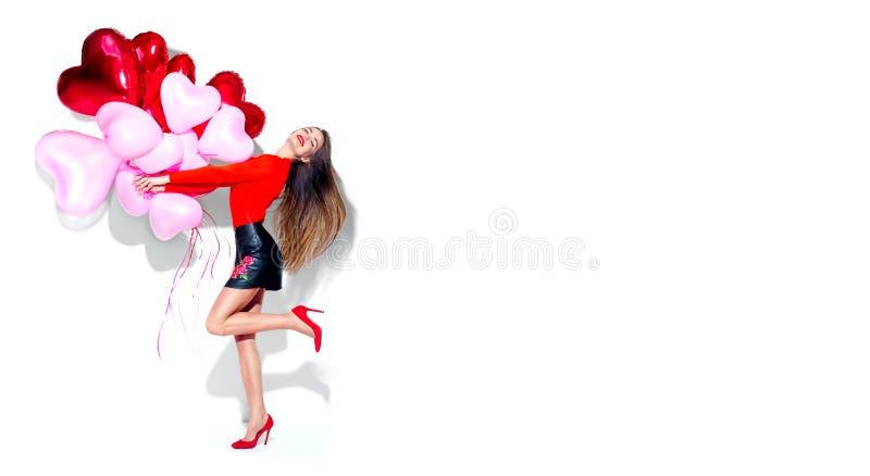 De dag van de valentijnskaart `s Blij sexy schoonheidsmeisje met kleurrijke luchtballons die die pret hebben, op wit wordt geïsol stock foto's