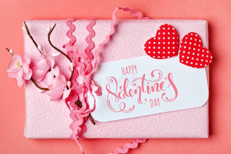 De dag van de valentijnskaart `s Groetkaart op koraalachtergrond Selectieve nadruk horizontaal stock foto's