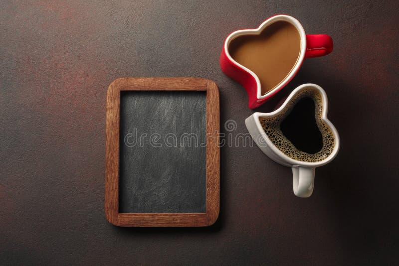 De Dag van Valentine met giften, een hart-vormige doos, koppen van koffie, hart-vormige koekjes en een bord Hoogste mening met ex stock foto's