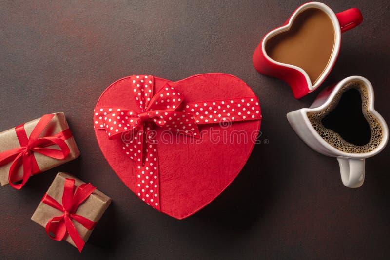 De Dag van Valentine met giften, een hart-vormige doos, koppen van koffie, hart-vormige koekjes, makarons en een bord Hoogste Men stock fotografie
