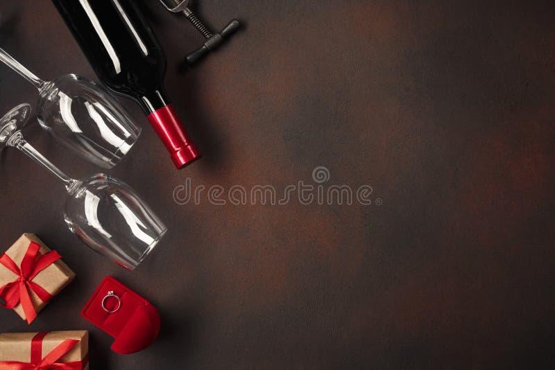 De Dag van Valentine met harten, wijn, glazen, giften, een doos in de vorm van een hart en een kurketrekker royalty-vrije stock afbeeldingen