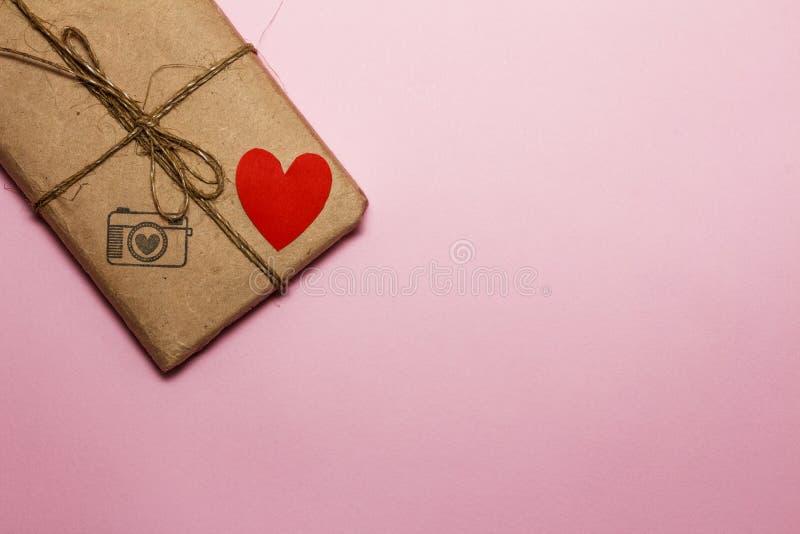 De Dag van Valentine op de achtergrond van harten, giften en kaarsen Op een roze achtergrond Mening van hierboven stock foto