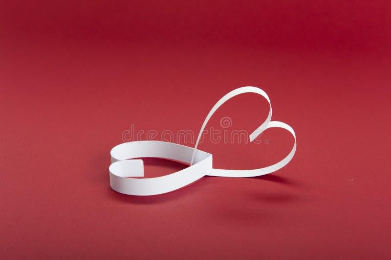 De Dag van Valentine ` s, rode achtergrond en Witboekharten stock foto's