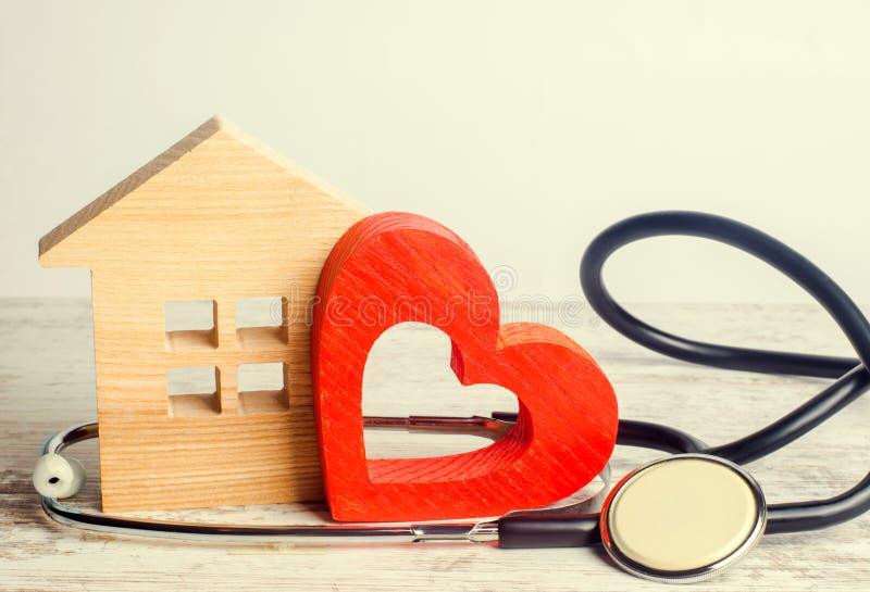 De Dag van de wereldgezondheid, het concept familiegeneeskunde en verzekering Stethoscoop en hart stock foto's