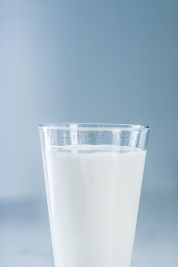 De Dag van de wereldmelk, volledig glas op marmeren lijst royalty-vrije stock fotografie