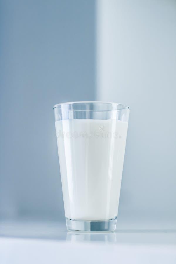 De Dag van de wereldmelk, volledig glas op marmeren lijst stock fotografie