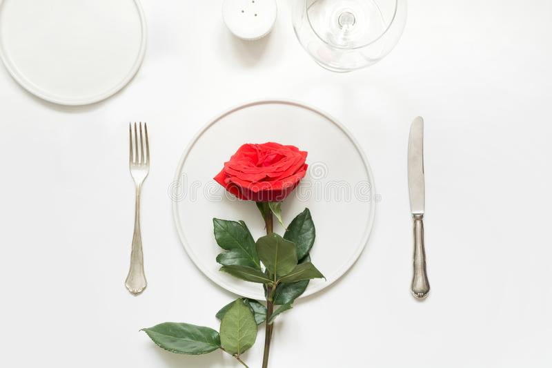 De dag of de verjaardags romantisch diner van Valentine De romantische lijst die met rood plaatsen nam toe royalty-vrije stock afbeelding