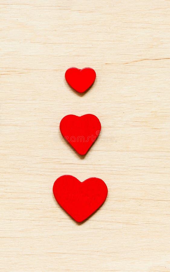 De dagachtergrond van de valentijnskaart Rode decoratieve harten royalty-vrije stock foto