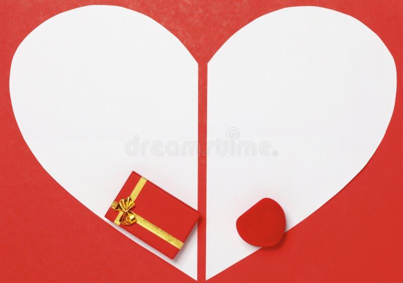 De Dagachtergrond van rood Valentine met hart en giftdoos stock fotografie