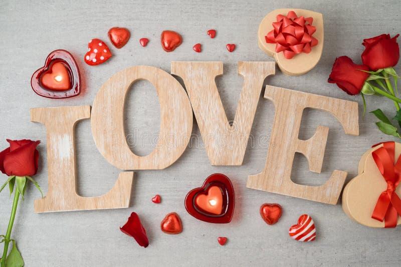De de dagachtergrond van Valentine met liefdebrieven, de chocolade van de hartvorm, kaarsen, nam bloemen en giftvakjes toe royalty-vrije stock foto's