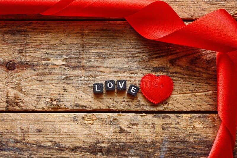 De dagachtergrond van Valentine met rood lint royalty-vrije stock foto's