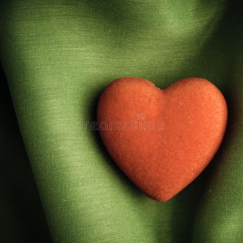 De dagachtergrond van Valentine. Rood hart op groene vouwendoek stock afbeeldingen