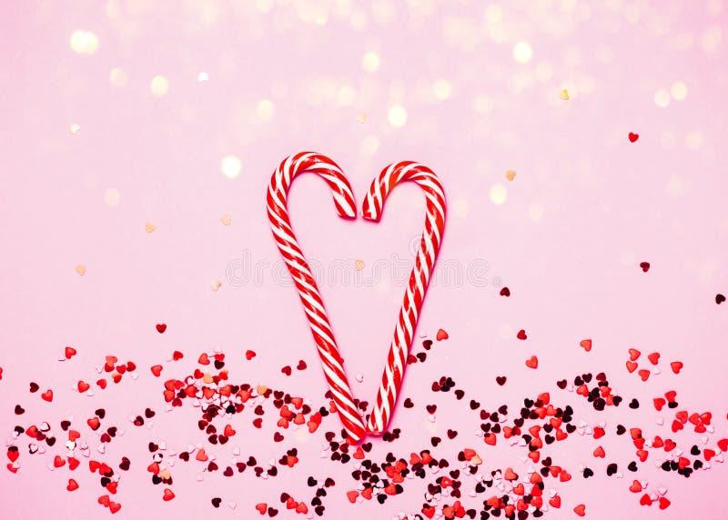 De dagachtergrond van Valentine ` s Kleine rode harten op roze achtergrond stock afbeelding