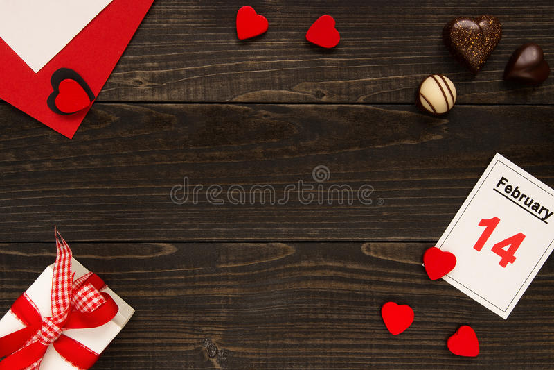 De dagachtergrond van Valentine ` s met exemplaarruimte De Dagkaart van Valentine ` s, giftvakje en chocolade op de houten lijst royalty-vrije stock afbeelding