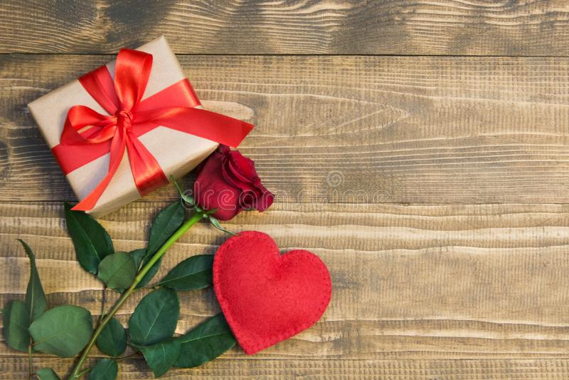 De dagachtergrond van Valentine ` s met liefdegift, rode rozen en hartvormen Mening van hierboven De ruimte van het exemplaar Vla stock foto's
