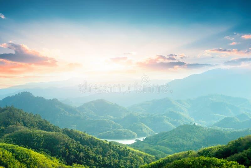 De Dagconcept van het wereldmilieu: Groene bergen en mooie hemelwolken onder de blauwe hemel royalty-vrije stock afbeeldingen