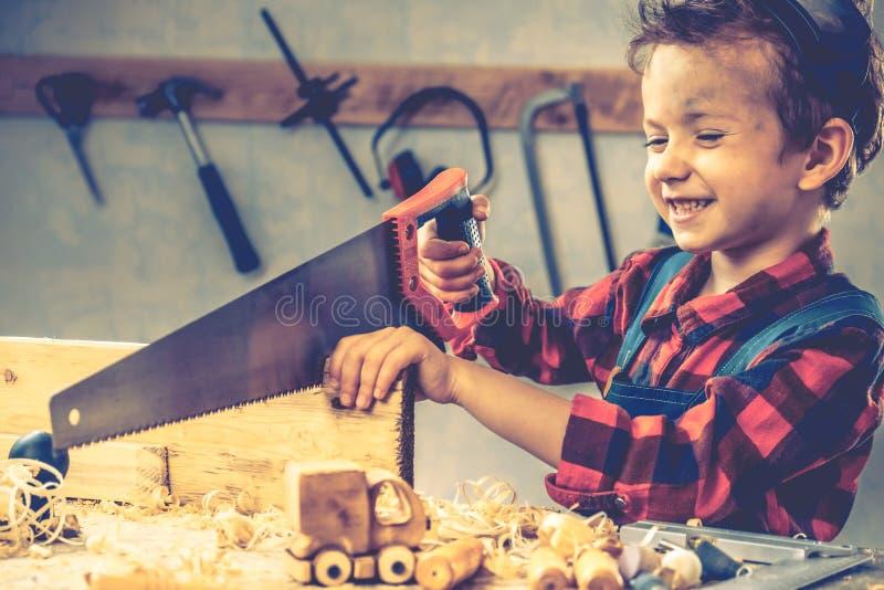 De dagconcept van kindvaders, timmermanshulpmiddel, jongensworkshop stock afbeeldingen