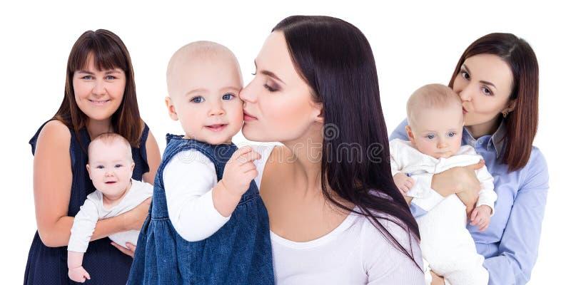 De dagconcept van moeders - gelukkige jonge moeders met kleine die jonge geitjes op wit worden geïsoleerd stock afbeeldingen