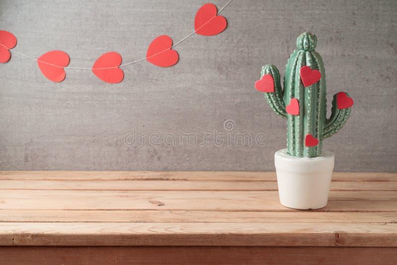 De dagconcept van Valentine met van het decorcactus en hart vormen over slingerachtergrond royalty-vrije stock foto's