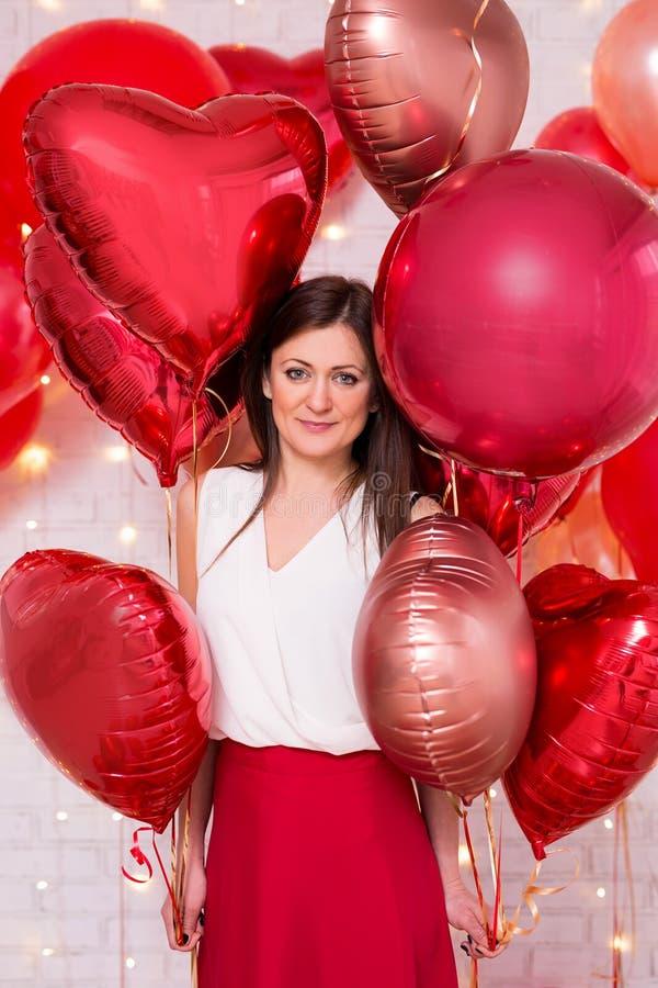 De dagconcept van Valentine - portret van mooie vrouw met rode hart-vormige ballons stock afbeeldingen