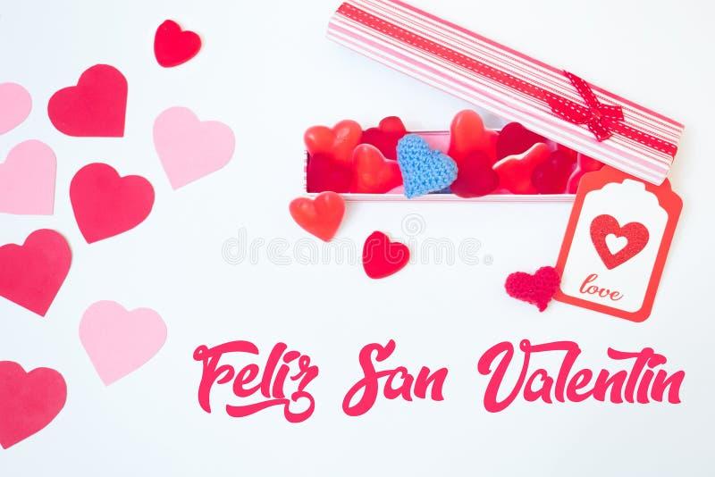 De de dagdecoratie van San Valentinemaakte withabox met de bonen van de hartgelei gummies en rode en roze document harten Minna royalty-vrije stock afbeeldingen